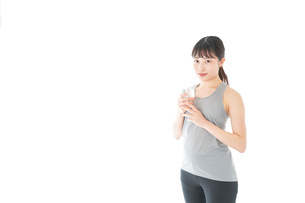 トレーニングをする若い女性の写真素材 [FYI04720780]