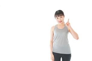 アドバイスをするスポーツウェアを着た若い女性の写真素材 [FYI04720781]