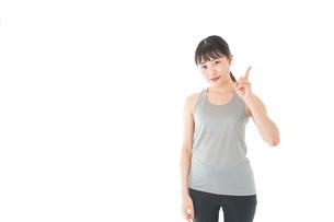 アドバイスをするスポーツウェアを着た若い女性の写真素材 [FYI04720783]