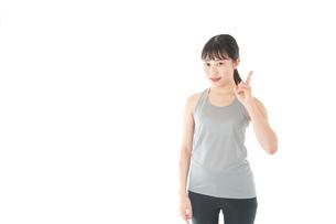 アドバイスをするスポーツウェアを着た若い女性の写真素材 [FYI04720784]