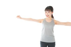 トレーニングをする若い女性の写真素材 [FYI04720786]