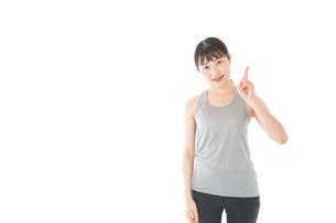 アドバイスをするスポーツウェアを着た若い女性の写真素材 [FYI04720787]