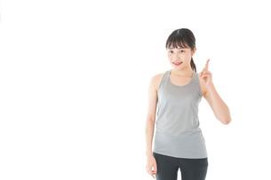 アドバイスをするスポーツウェアを着た若い女性の写真素材 [FYI04720788]
