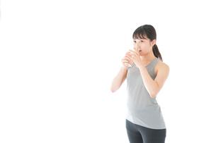 トレーニングをする若い女性の写真素材 [FYI04720789]