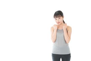 トレーニングをする若い女性の写真素材 [FYI04720792]