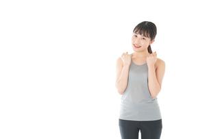 トレーニングをする若い女性の写真素材 [FYI04720793]