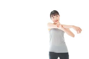 トレーニングをする若い女性の写真素材 [FYI04720794]