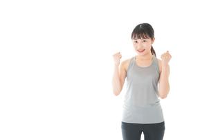 トレーニングをする若い女性の写真素材 [FYI04720795]