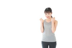 トレーニングをする若い女性の写真素材 [FYI04720796]