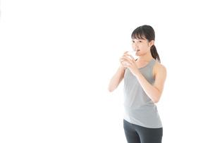 トレーニングをする若い女性の写真素材 [FYI04720797]