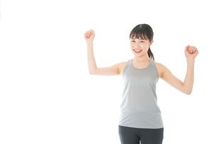 トレーニングをする若い女性の写真素材 [FYI04720798]