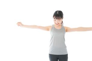 トレーニングをする若い女性の写真素材 [FYI04720799]