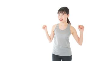 トレーニングをする若い女性の写真素材 [FYI04720801]