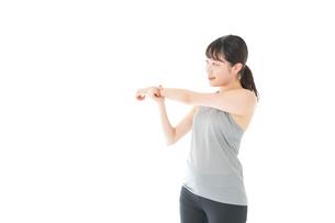 トレーニングをする若い女性の写真素材 [FYI04720803]