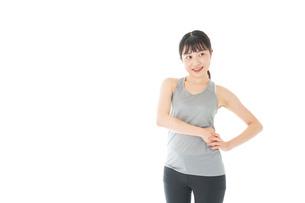 トレーニングをする若い女性の写真素材 [FYI04720806]