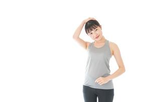 トレーニングをする若い女性の写真素材 [FYI04720807]