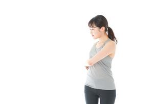 トレーニングをする若い女性の写真素材 [FYI04720809]