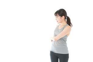 トレーニングをする若い女性の写真素材 [FYI04720810]