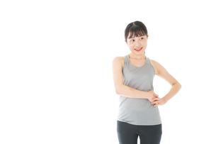トレーニングをする若い女性の写真素材 [FYI04720812]