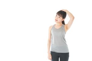 トレーニングをする若い女性の写真素材 [FYI04720814]