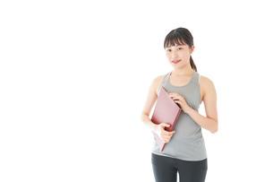 スポーツウェアを着た若い女性の写真素材 [FYI04720821]