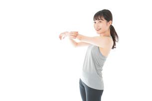 トレーニングをする若い女性の写真素材 [FYI04720834]