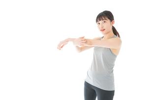 トレーニングをする若い女性の写真素材 [FYI04720836]