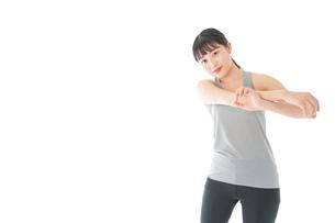 トレーニングをする若い女性の写真素材 [FYI04720839]