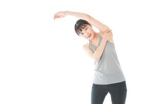 トレーニングをする若い女性の写真素材 [FYI04720840]