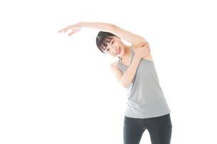 トレーニングをする若い女性の写真素材 [FYI04720841]