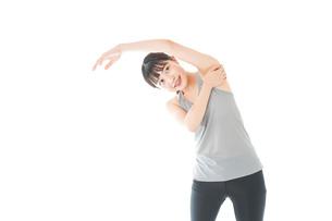 トレーニングをする若い女性の写真素材 [FYI04720843]
