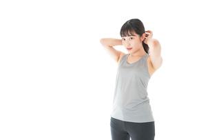 トレーニングをする若い女性の写真素材 [FYI04720844]