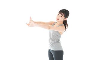 トレーニングをする若い女性の写真素材 [FYI04720848]