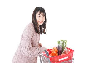 食料品の買い物をする若い女性の写真素材 [FYI04720853]