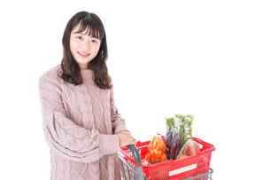 食料品の買い物をする若い女性の写真素材 [FYI04720856]