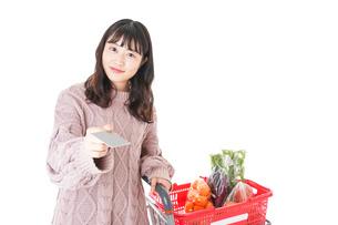 スーパーでキャッシュレス決済をする若い女性の写真素材 [FYI04720857]