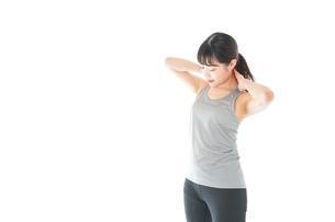 トレーニングをする若い女性の写真素材 [FYI04720860]