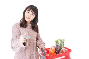 スーパーでキャッシュレス決済をする若い女性の写真素材 [FYI04720862]