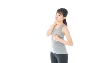 トレーニングをする若い女性の写真素材 [FYI04720865]