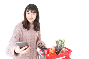 スーパーでキャッシュレス決済をする若い女性の写真素材 [FYI04720870]
