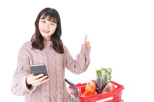 スーパーでキャッシュレス決済をする若い女性の写真素材 [FYI04720874]