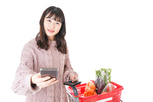 スーパーでキャッシュレス決済をする若い女性の写真素材 [FYI04720876]