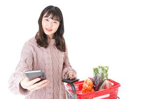 スーパーでキャッシュレス決済をする若い女性の写真素材 [FYI04720878]