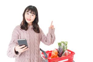 スーパーでキャッシュレス決済をする若い女性の写真素材 [FYI04720879]