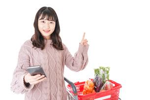 スーパーでキャッシュレス決済をする若い女性の写真素材 [FYI04720885]