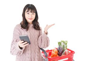スーパーでキャッシュレス決済をする若い女性の写真素材 [FYI04720886]