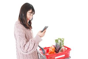 スーパーでキャッシュレス決済をする若い女性の写真素材 [FYI04720896]