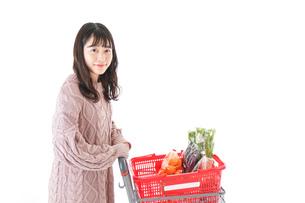 食料品の買い物をする若い女性の写真素材 [FYI04720908]