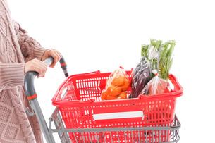 食料品の買い物をする若い女性の写真素材 [FYI04720910]