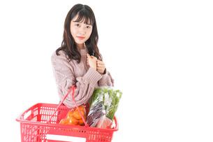 食料品の買い物をする若い女性の写真素材 [FYI04720913]